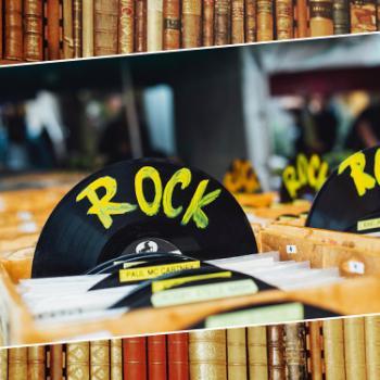 """Schallplatte mit """"Rock"""" Schriftzug in einem Plattenladen"""